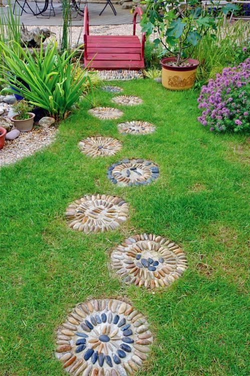 Kleine Kunstwerke: Mosaike aus Kieselsteinen