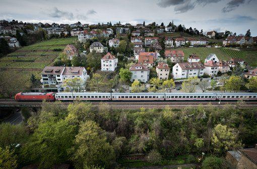 Die Fahrzeiten auf der Gäubahn, hier ein Abschnitt in Stuttgart-Nord, sind nicht attraktiv. Foto: Lichtgut/Achim Zweygarth