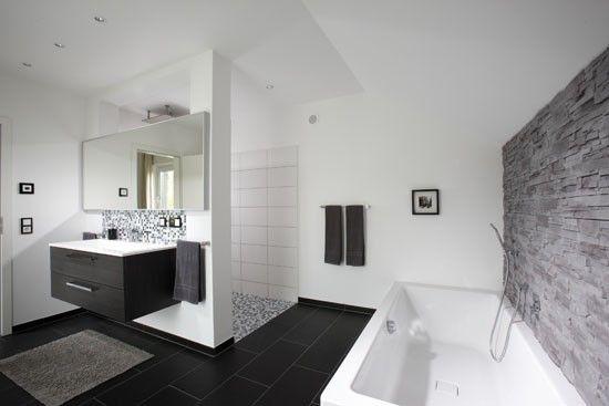 Fertighaus Wohnidee Badezimmer mit Badewanne und Natursteinwand ...