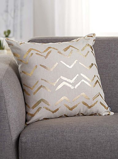 A decor accessory with chic boho flair, featuring an artistic metallic gold print with a hand-painted aesthetic set off by natural raw cotton canvas. - Matching solid underside - Washable with removable cover - 45 x 45 cm