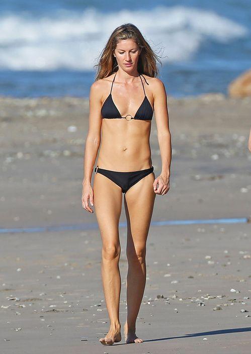 Gisele Bündchen en maillot de bain bikini noir top http://www.vogue.fr/mode/inspirations/diaporama/les-mannequins-en-maillot-de-bain/21353#gisele-bndchen-en-maillot-de-bain
