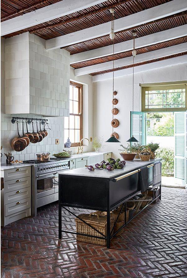 Cuisine Moderne Dans Maison En Pierre: Des Briques Au Sol, Un établis En Guise D'îlot, De La