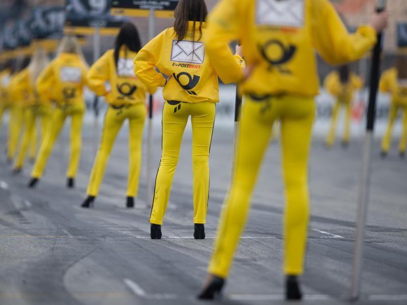 Gridgirls stehen auf dem Hockenheimring vor dem ersten Saisonlauf der Deutschen Tourenwagen Masters (DTM) auf der Rennstrecke. (Foto: Uwe Anspach/dpa)