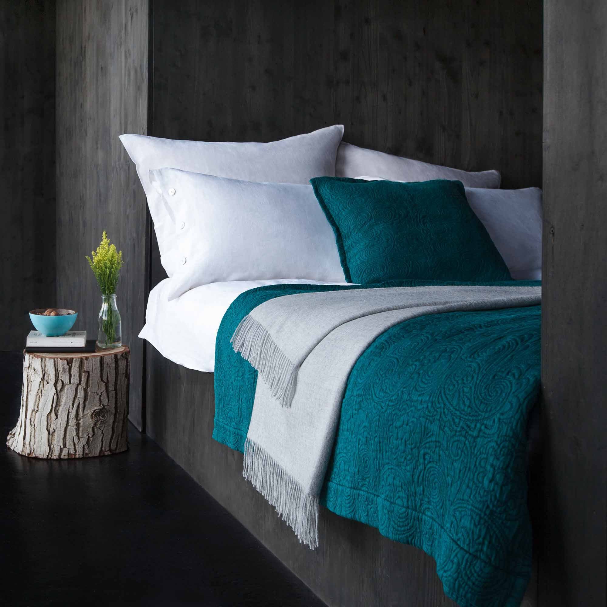 Teal and grey bedroom tones urbanara teba teal for Wohnungseinrichtung farben
