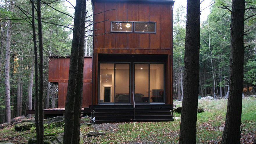 TO ENHETER: Huset består av to enheter som er koblet sammen av en glassbro med integrert uteplass. store glassvinduer åpner opp mot skogen r...