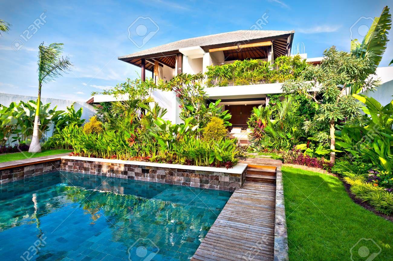 Conception de décoration de jardin de fantaisie dune maison moderne y compris une