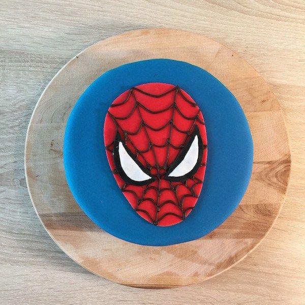 après les voitures, les super-héros ! ce beau gâteau spiderman