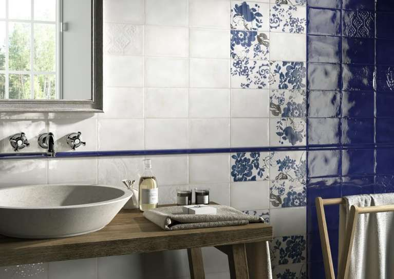 Piastrelle per il bagno rustico piastrelle con decori blu