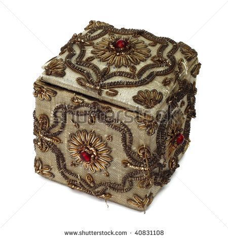 Google Afbeeldingen resultaat voor http://image.shutterstock.com/display_pic_with_logo/441946/441946,1258105528,1/stock-photo-vintage-jewelry-box-isolated-on-a-white-background-40831108.jpg