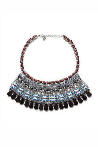 Guía de estilo: La primera escapada a la playa. Collar étnico decorado con piedras, de Zara (19,95€).