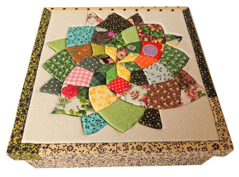 1. Caixa Patchwork quadrada verde com bege. Área Interna: LxCxA = 22 x 22 x 7,00. Preço: 55,00.