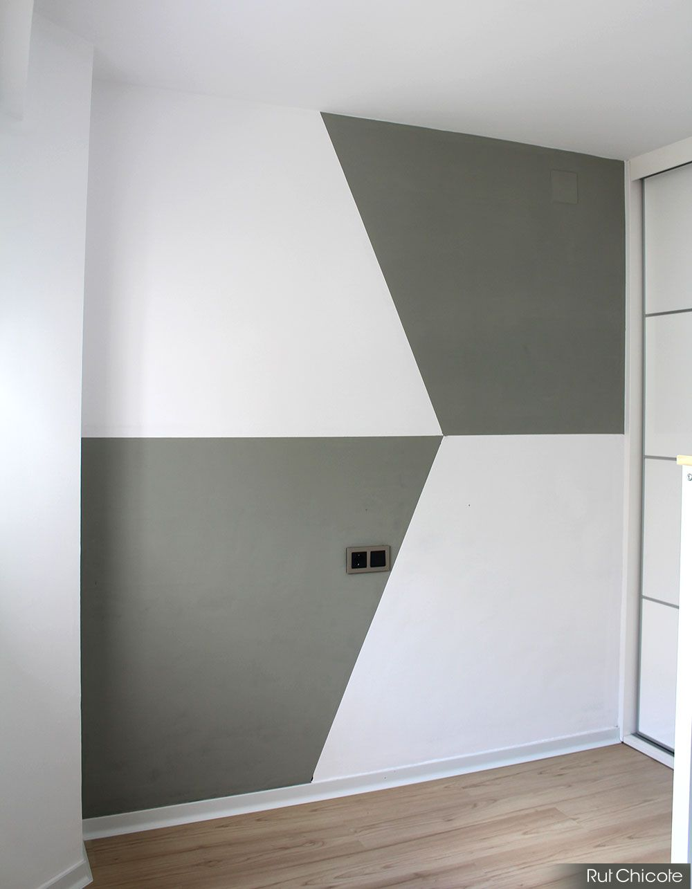 Qu te parece decorar la pared con figuras geom tricas for Fotos paredes pintadas
