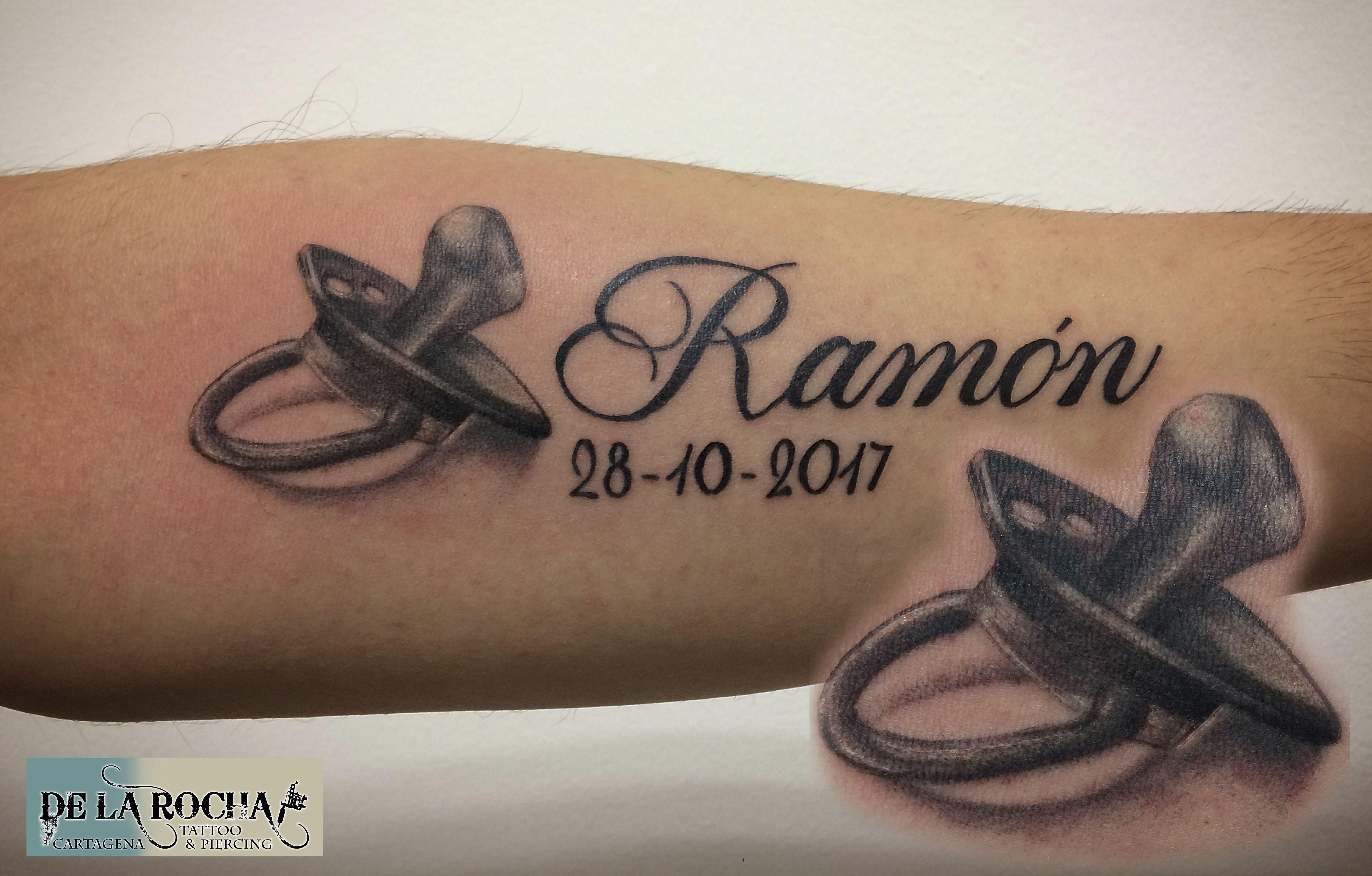Tatuaje Chupeta Realista Tatuajes De Nombres Tatuajes Tatuajes De Maternidad