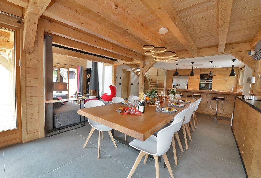 vue densemble de la pice vivre salle manger salon et cuisine lespace a t harmonieusement partag afin de placer chaque pice au bon en