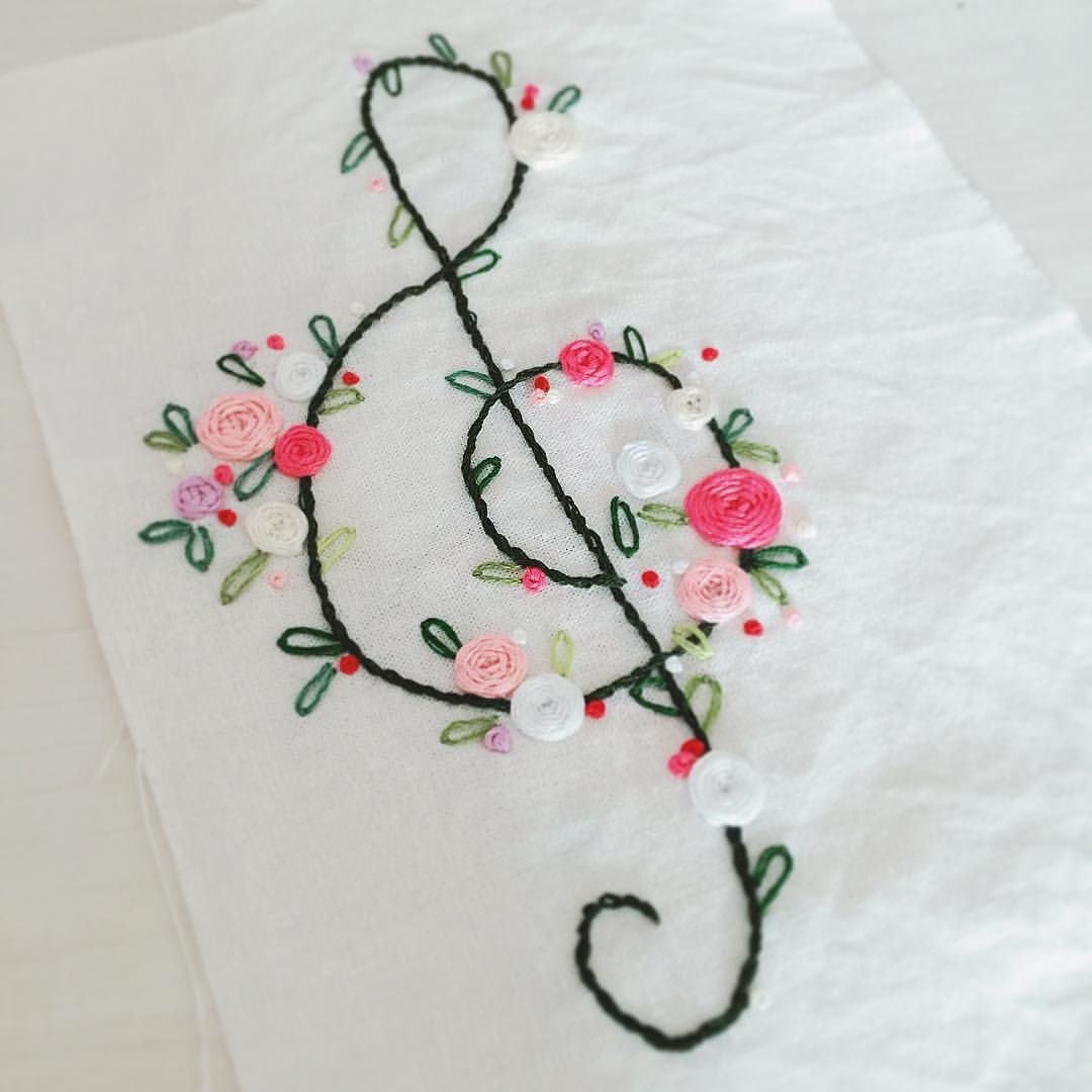 . #embroidery #note #thetreble #clef #stitch #stiches #outline #rose #pink #walldecor #franceembroidery #atelier #flowers #nature #loveflower #프랑스자수 #꽃자수 #높은음자리표 #아틀리에 #책도안 #스티치 #장미 #분홍 #꽃 #꽃그램