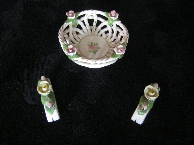 Porzelankorb mit Rosen und 2 Serviettenringe Rosenblütte,Schale ca,höhe 35 mm,Durchmesser ca.80 mm,Ringe ca.35/45 mm,Spanien,ca.1956 von AbrahamsTroedelShop auf Etsy