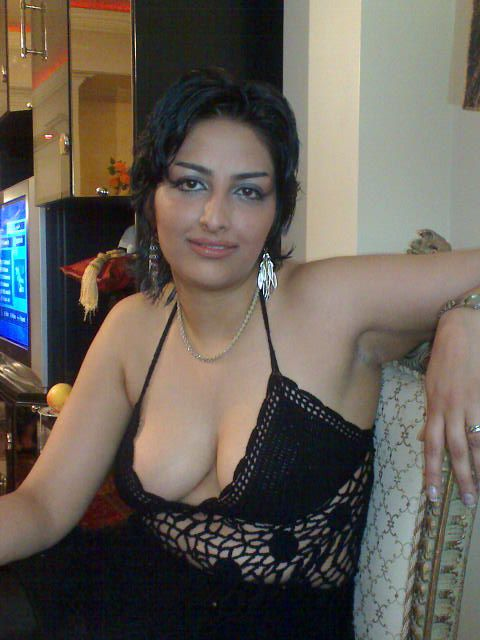 Mature housewife from delhi showing her curves to bf outdoor