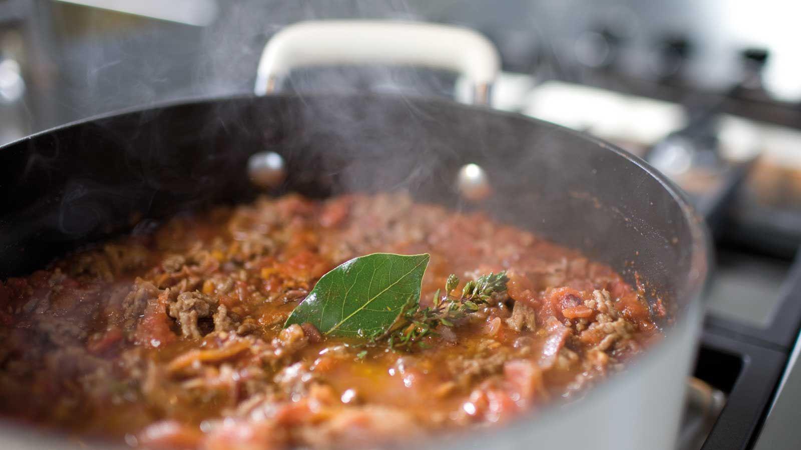 Quer aprender todos os truques para um ragu saboroso? Então confira nossas dicas e prepare essa receita cheia de amor e sabor ai na sua casa.