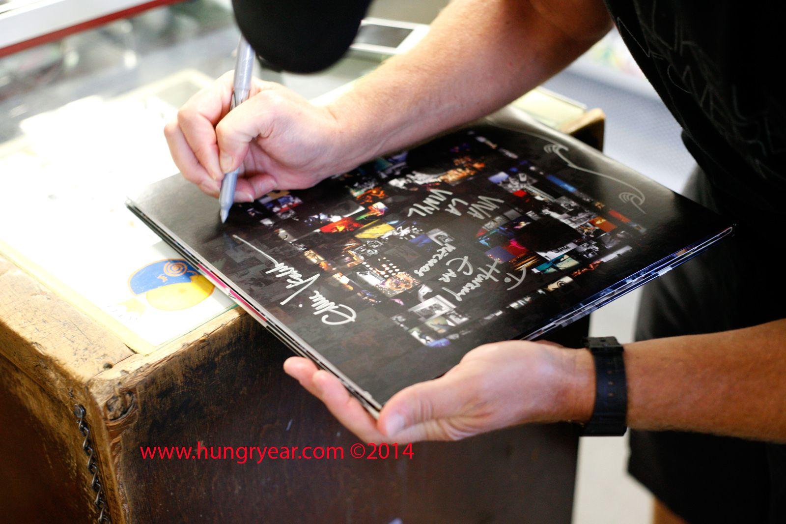 Eddie Signing Pj20 Lp With Credits 4702 Jpg 1600 1066 Pearl Jam Eddie Vedder Records