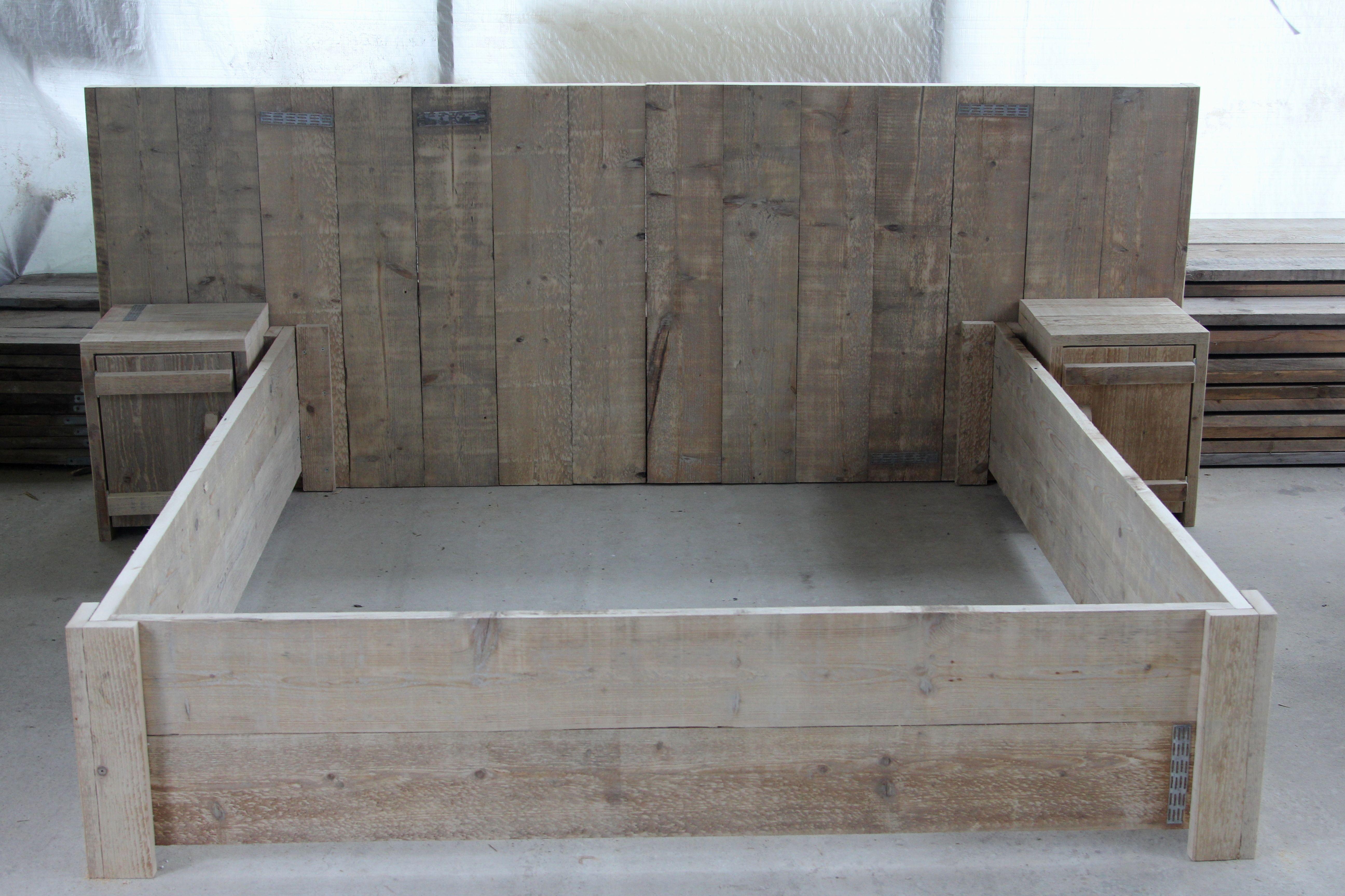 Steigerhouten bed met achterwand en twee bijpassende for Bed van steigerhout maken