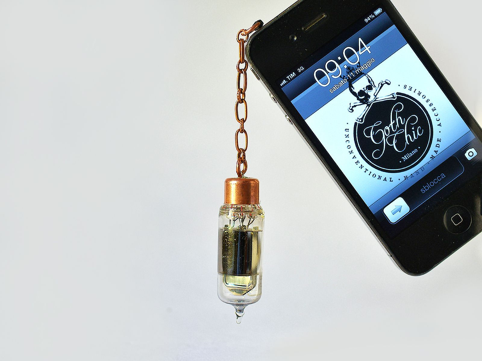 Cell phone plug - Steampunk Vacuum tube valve Anti dust plug - Cool and trendy gadget for smartphone, cell phone and tablet.  Goth Chic propose a Steampunk style anti dust plug for mobile phones and tablet.  The cool gadget is ​​entirely handmade using an old vacuum tube valve (it was used within the radio) and some copper elements.   3.5mm plug compatible with all modern cell phones, smart phone and tablet.