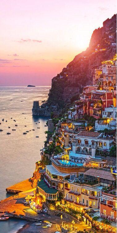 Vertical Bay, Positano - Positano est une commune de la province de Salerne dans la Campanie en Italie. C'est une station balnéaire connue de la côte amalfitaine. Selon une légende, c'est Neptune, le dieu de la mer, qui aurait fondé Positano, par amour pour une nymphe. Wikipédia