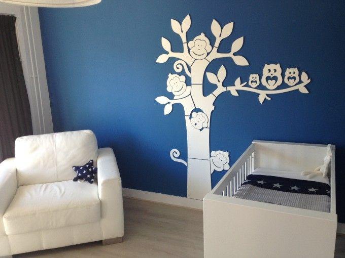 blauw witte jongenskamer met mooie aapjesboom | babykamer, Deco ideeën