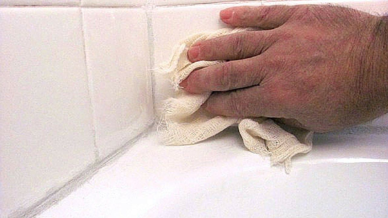 How To Remove Old Caulk From Bathtub Like A Pro With Images