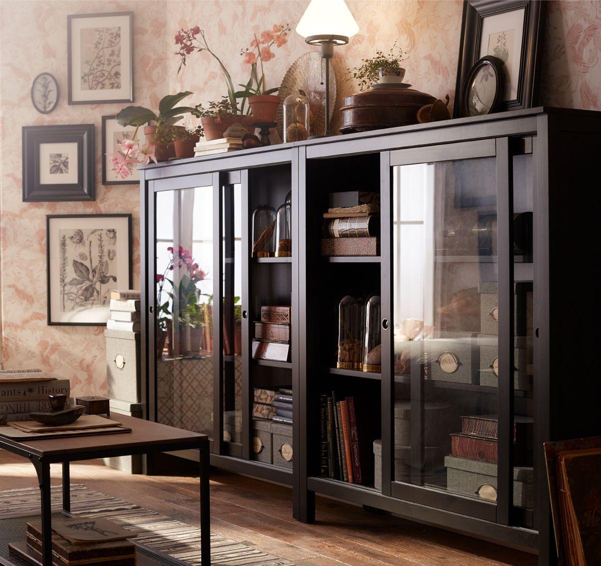 Diese Ikea Hemnes Vitrine In Schwarzbraun Aus Massivholz Mit Glasschiebeturen Ist Ideal Um Dein Glass Cabinet Doors Wall Cabinets Living Room Ikea Living Room