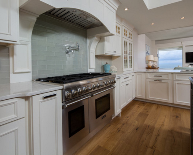 Open Beach Style Woodharbor Kitchen Features Somerlake Door With Benjamin Moore White Dove Painted Finish Kitchenideas