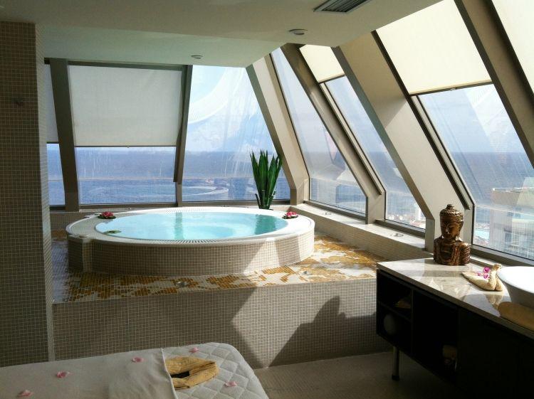 Schlafzimmer mit Whirlpool in 50 traumhaften Wohnideen #schlafzimmer ...