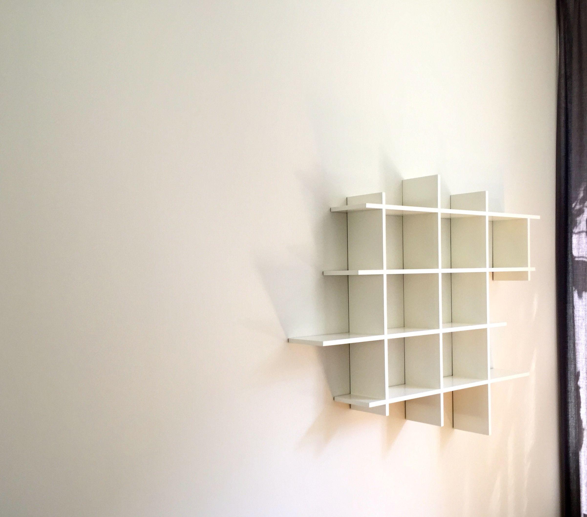 hangende kast woonkamerkast boekenkast zwevende witte kast
