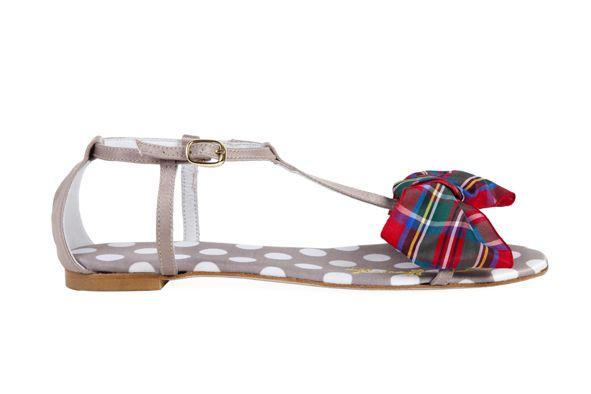 Sandalia con base de tejiodo de lunares en tonos tostados y un gran lazo escocés en tonos rojos en la parte delantera. Logotipo bordado en la sandalia derecha en amarillo. Modelo en exclusiva de defloresyfloreros. Diseñado y fabricado íntegramente en España.