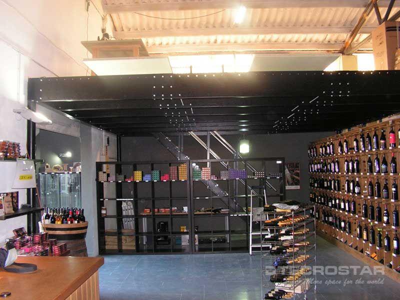 altillo para almacenaje en una tienda de vinos mezzanine basketball court mezzanine et. Black Bedroom Furniture Sets. Home Design Ideas
