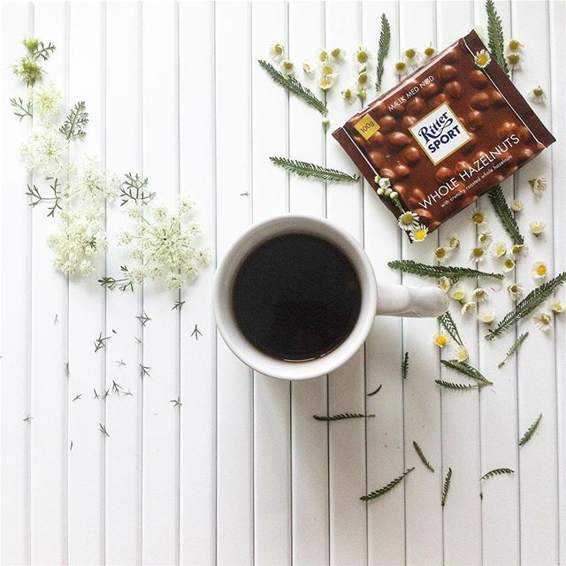 Have a nice day! #coffee #coffeeloversclub #coffeetime #rittersport #flowers #flower #gm #interior