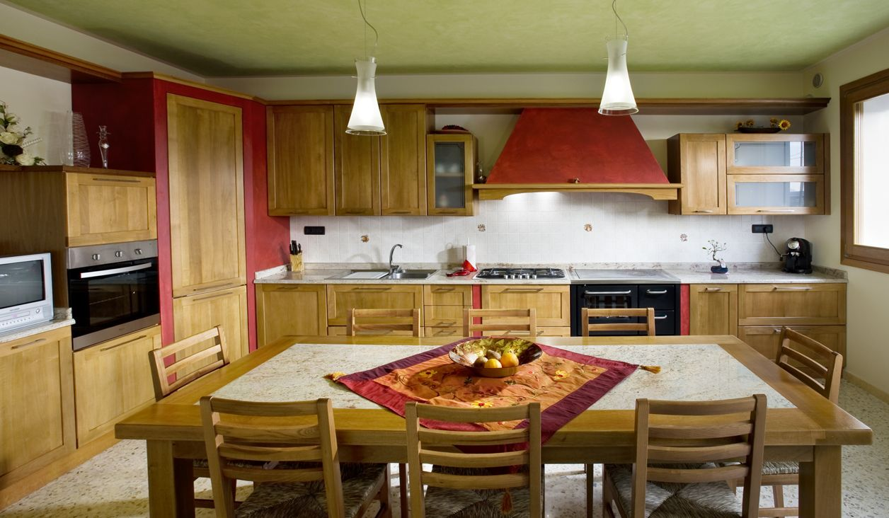 Cucina Imax. Cucina in noce chiaro con parti in muratura ...