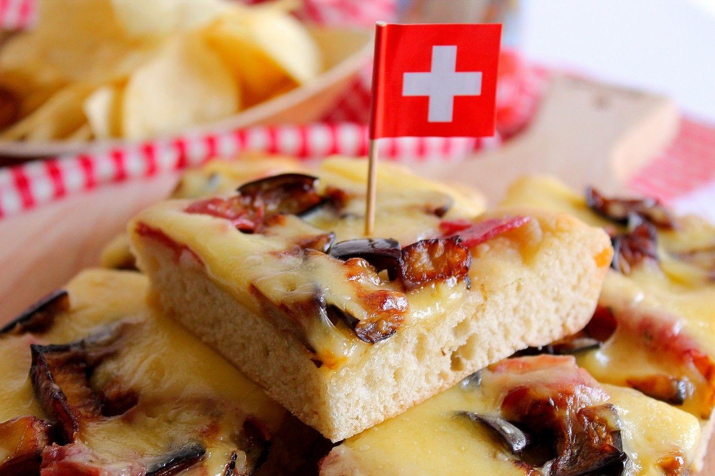Pizza bianca con melanzane fritte, salame e Emmenthal | Recette