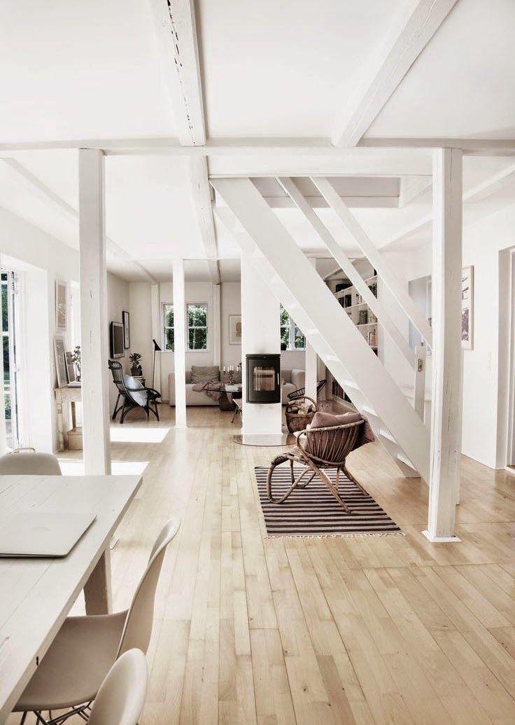 de beaux volumes dans une maison de campagne scandinave la blancheur des poutres pour unifier l espace des meubles design et du rotin pour l equilibre