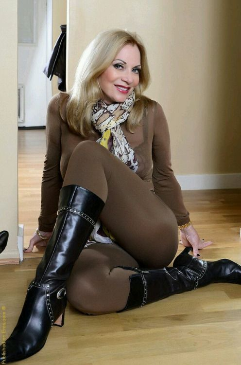 Amatuer sexy wife in stockings