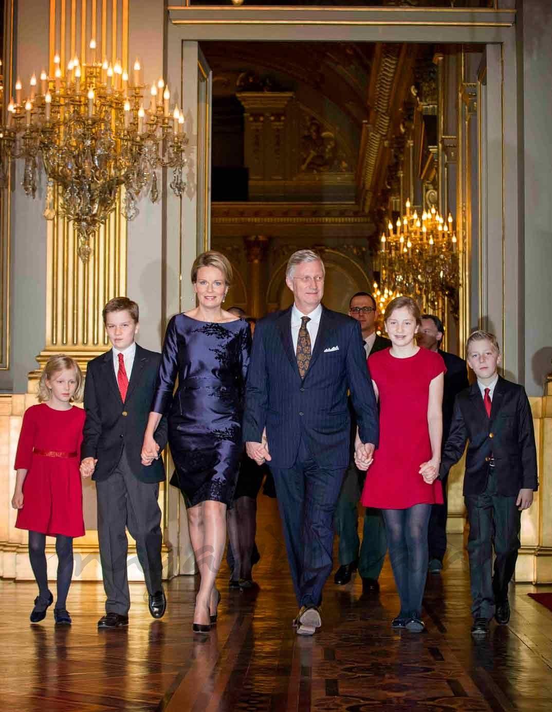 Felipe y Matilde de Bélgica junto a sus hijos en el concierto de Navidad