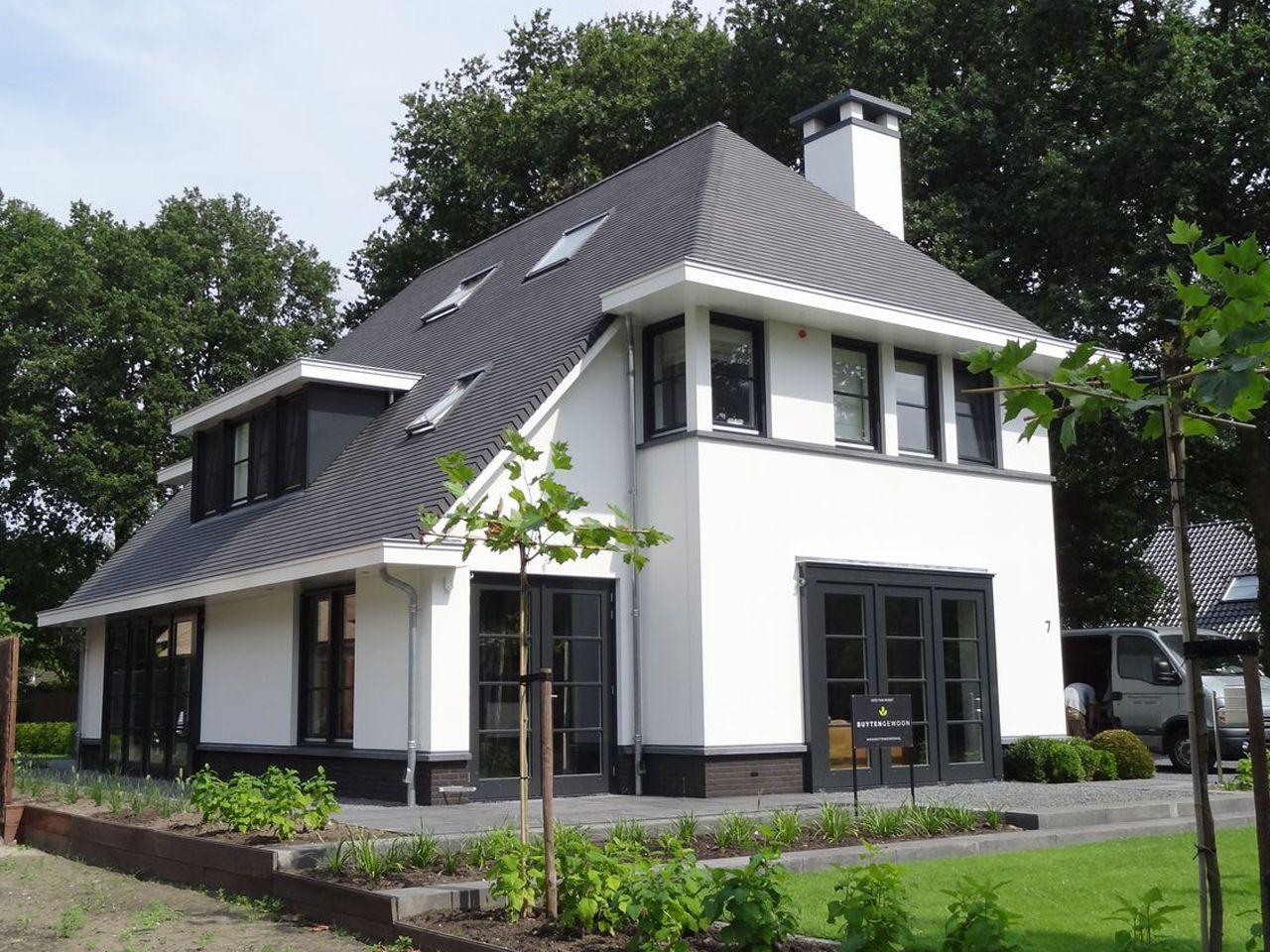 Eigentijdse pannengedekte villa met stucwerk en donkere kozijnen