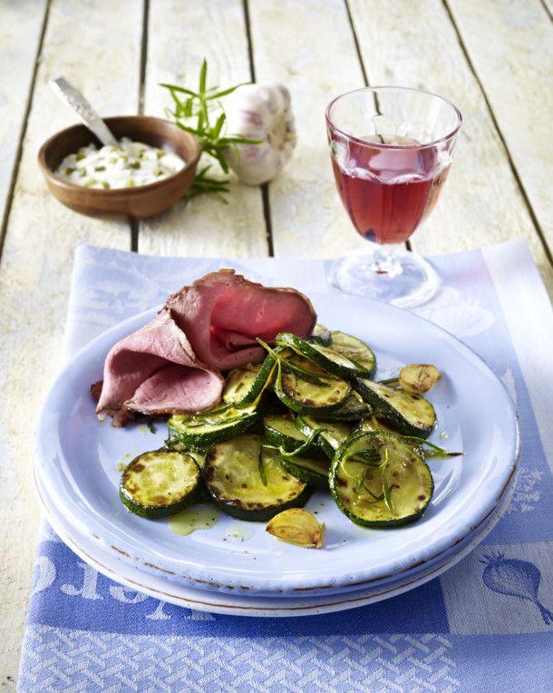Unser beliebtes Rezept für Mediterranes Zucchinigemüse zu Roastbeef-Aufschnitt und mehr als 55.000 weitere kostenlose Rezepte auf LECKER.de.