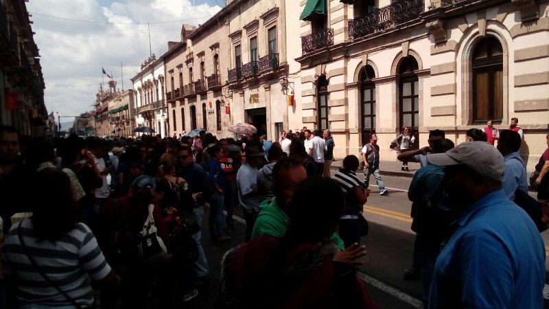 En Morelia, unos 200 presuntos maestros cerraron la Avenida Madero y patearon la puerta de la sede del Congreso del Estado para expresar su rechazo a la iniciativa para regular ...