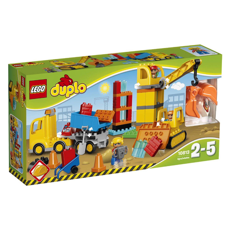 Egaliseer met de bulldozer deze LEGO DUPLO-bouwplaats, voer materialen aan met de kiepwagen en hijs ze omhoog met de kraan. LEGO-nr. 10813
