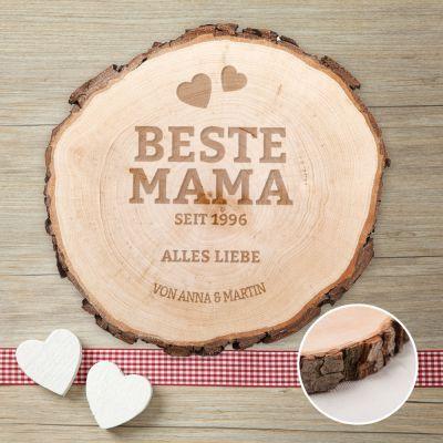 Das hochwertigeHolz dieser personalisierten Baumscheibe für Mama kannst Du individuell gestalten lassen, indem Du es mit einer eigenen Gravur versehen lässt. via: www.monsterzeug.de