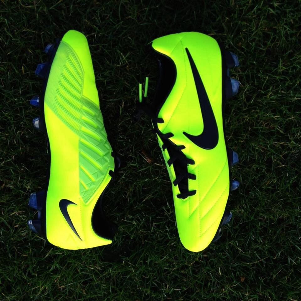 sports shoes 52fc4 721e3 Just got cleats that GLOW IN THE DARK!!! Nike Football, Football Shoes