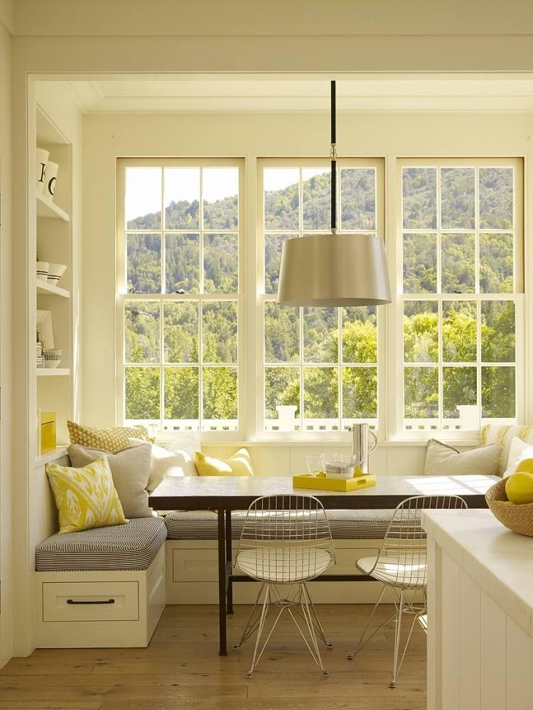 Sitzecke neben dem Fenster als komfortablen Essplatz in der Küche ...