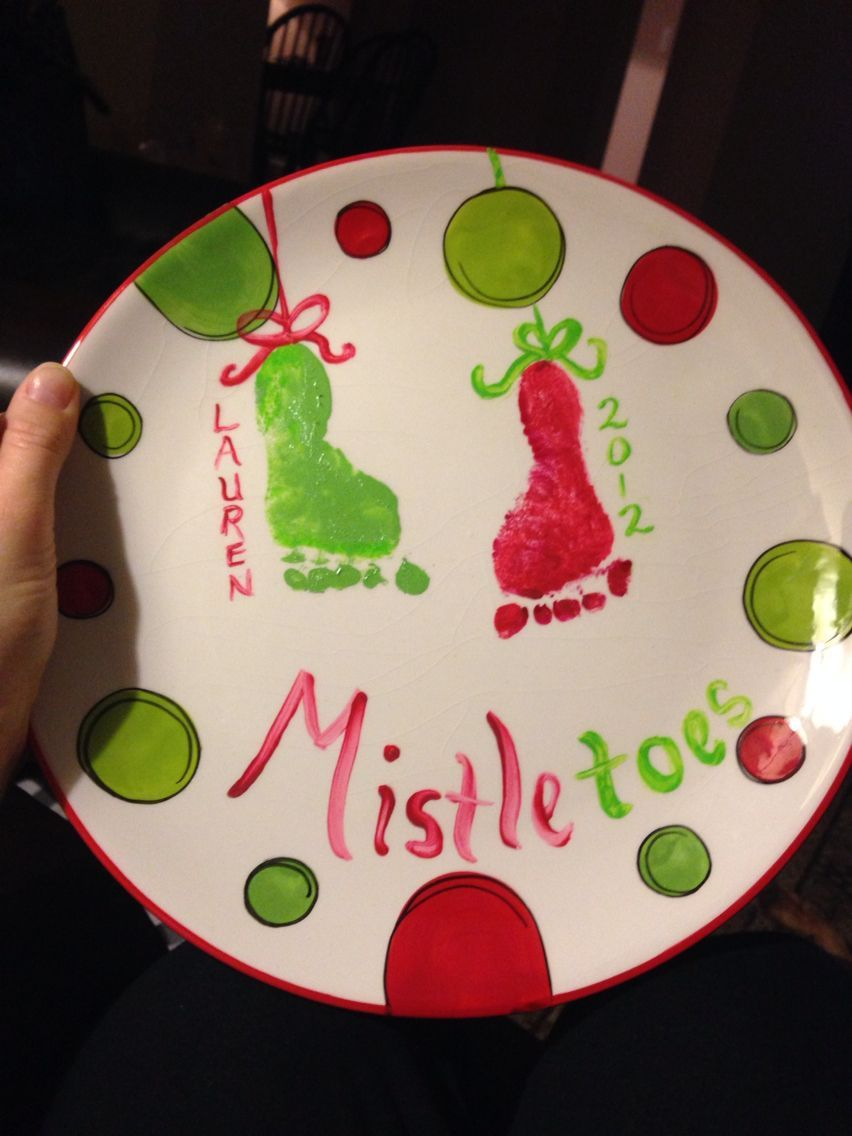 Baby's First Christmas Mistletoes Foot Print Plate #mistletoesfootprintcraft Baby's First Christmas Mistletoes Foot Print Plate #mistletoesfootprintcraft
