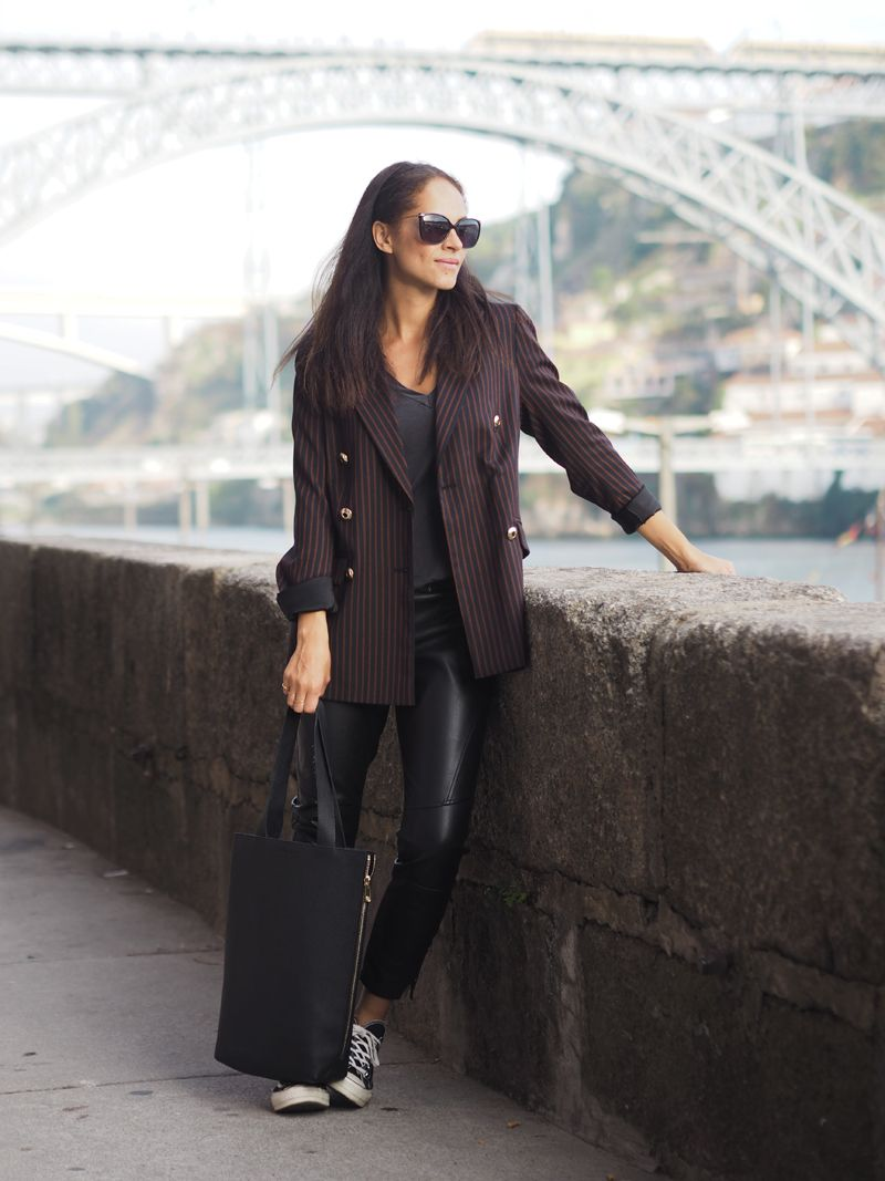 Comfy and chic travel outfit – Baum und Pfedgarten blazer and Faux leather pants