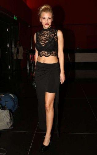 393dcec7fbc6 Η Λάουρα Νάργες με σέξι BSB outfit το οποίο αποτελείται από μαύρη φούστα με  σκίσιμο στο πλάι και crop top με δαντέλα.